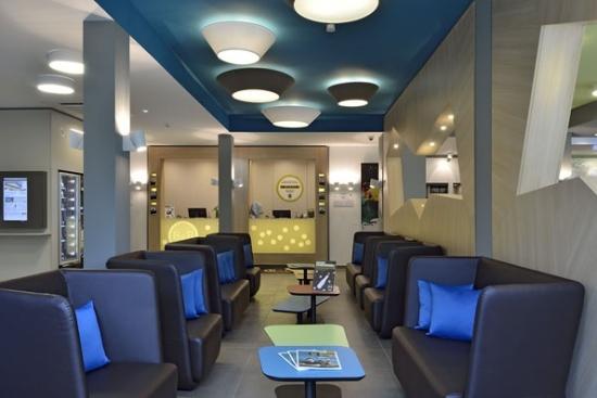 <b>Eingangsbereich im Lounge-Charakter