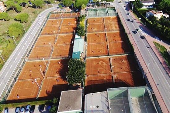 <b>Tennisanlage mit 13 Sandplaetzen