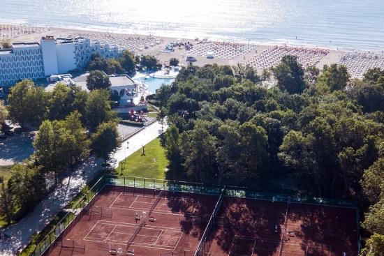 <b>Tenniscourts direkt an den Hotels