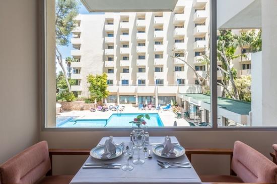 <b>Blick vom Restaurant zum Pool