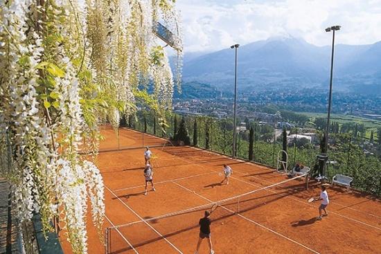 <b>Zwei Panorama-Tennisplaetze