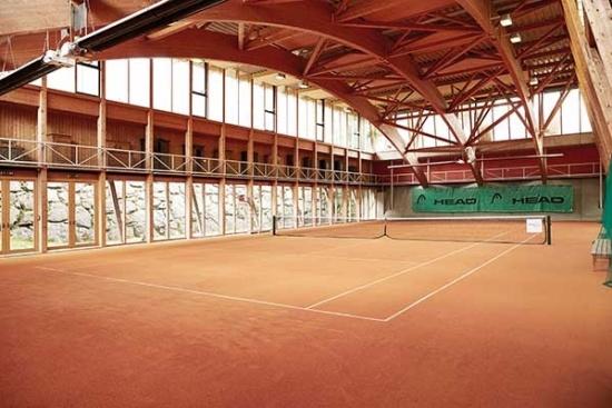 <b>Tennishalle