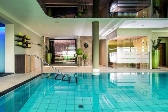 <b>Indoor-Pool