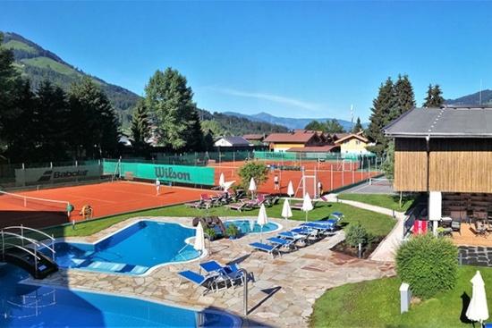 <b>Tennis und dann ab in den Pool
