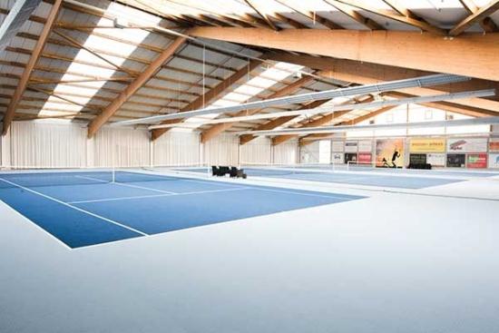 <b>3-Feld-Tennishalle mit Teppichboden