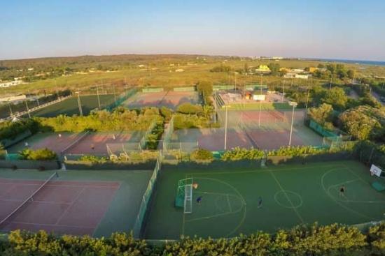 <b>Tennisanlage mit 9 Quarzsandplaetzen