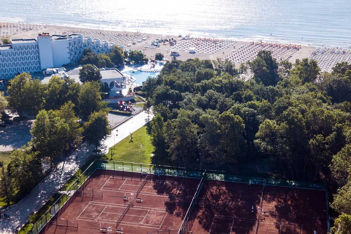 <b>Tenniscourts direkt an den Hotels