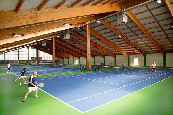 <b>4 Courts in der Halle (Granulat) im Tenniscamp Naturns