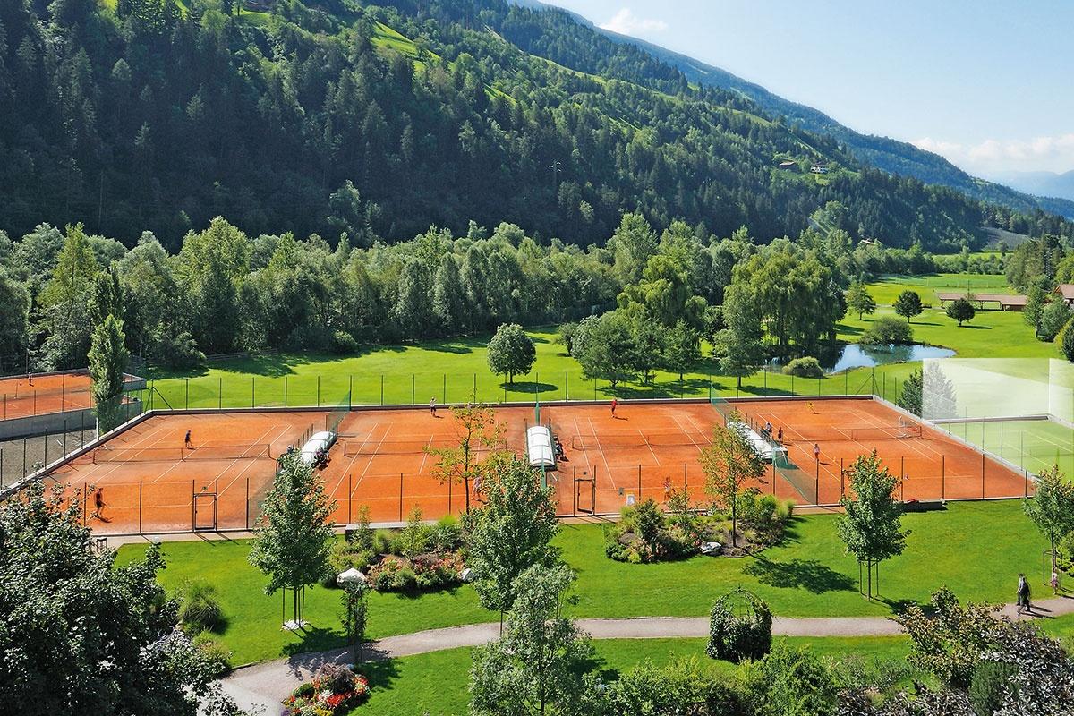 Saisonvorbereitung Tennishotel Quellenhof Luxury Resort Passeier